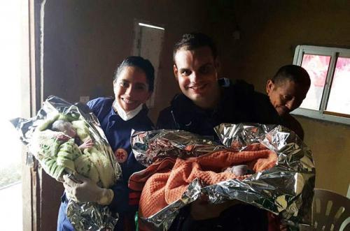 Policiais militares fazem partos de gêmeos em casa no bairro Zumbi, em Manaus