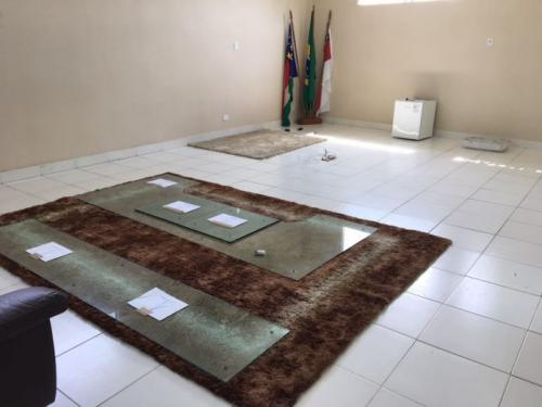 Prefeito de Parintins faz limpa na Prefeitura e leva mobília para a casa dele