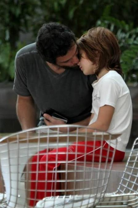 Rodrigo Lombardi aparece de visual novo em passeio com mulher e momento fofo com filho